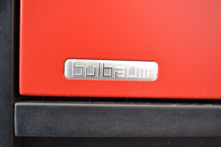 schwarz und rot: ein bulbaum Produkt ist immer eine qualitativ hochwertige Einzelanfertigung. bulbaum hat die kreative Idee und das perfekte Handwerk für jeden Kundenwunsch.